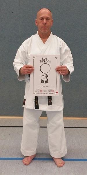 Frank Itzek besteht die Prüfung zum 5.Dan Karate