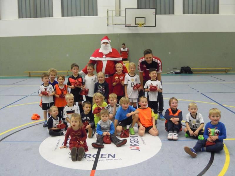 Der Nikolaus besucht die Minis beim Training